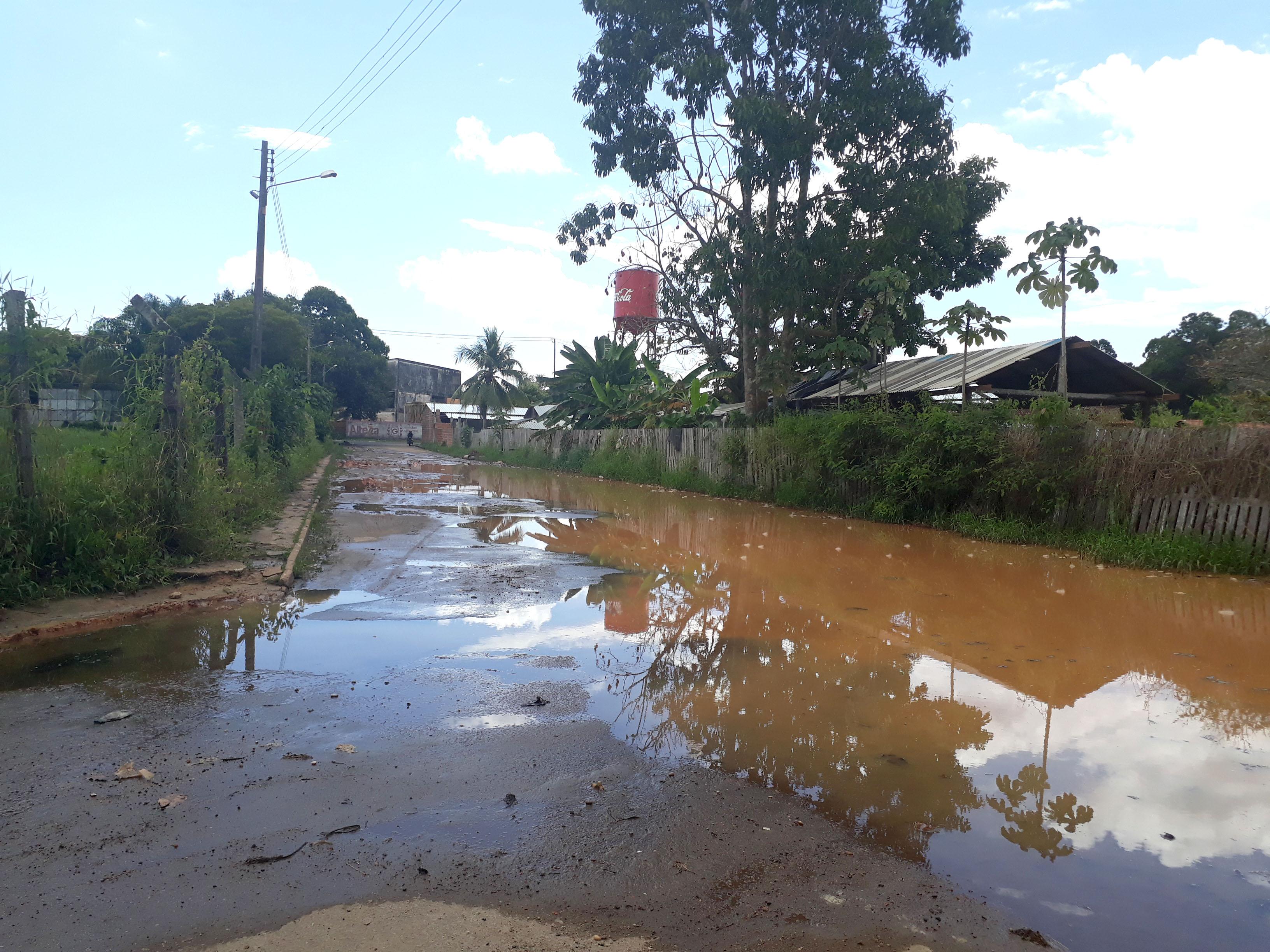 Rua esburacada e com lama - 12-07-2019 (Josiete Serrão)